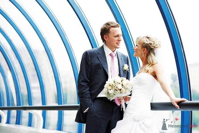 Жених и невеста, прислонившись друг к другу, стоят возле окна - фото 30804 Студия свадебной фотографии Сергея Рыжова