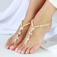 """Браслеты """"пайял"""" из белого бисера, прозрачных и золотистых жемчужных бусин на ступни невесты."""