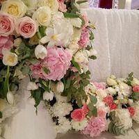 Элемент цветочной гирлянды на столе президиума.