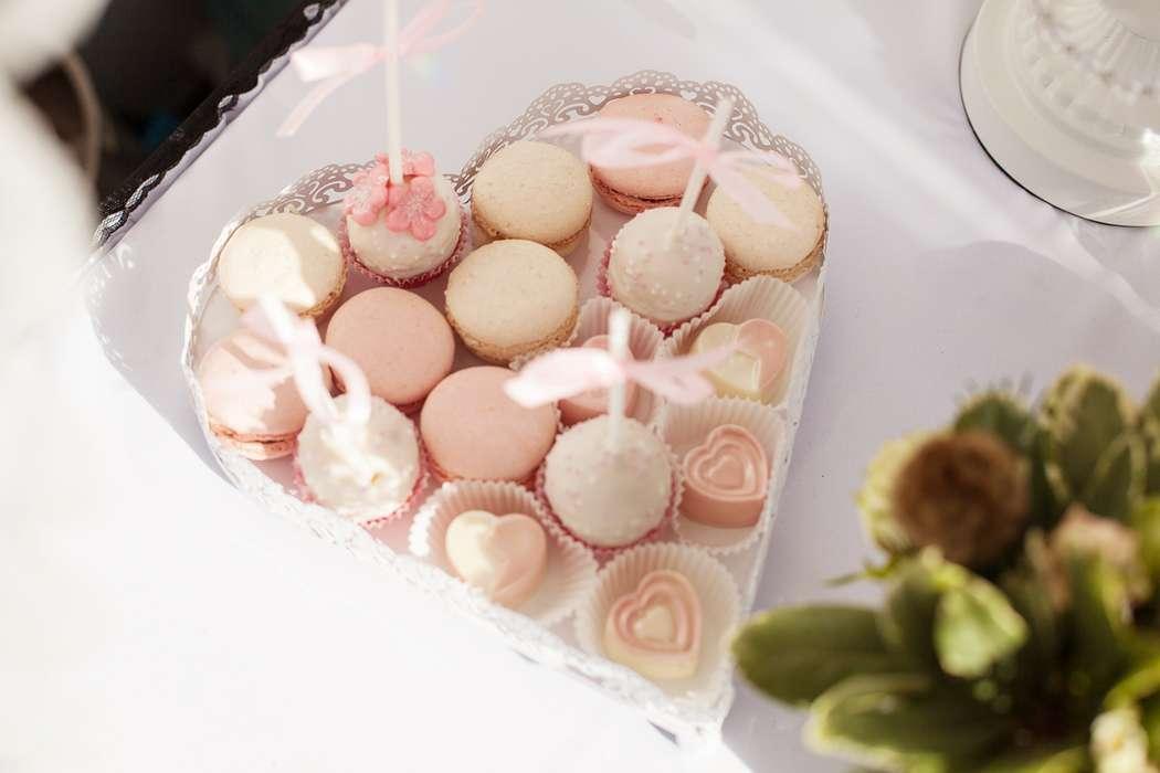"""Макарунс, пирожные на шпажке кейк-попс розового, белого цвета, в ажурной форме-сердце  - фото 2182972 Свадебное агентство """"Black&White"""""""