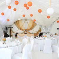 оформление шатра тканью, бумажными шарами и цветами