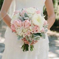 Букет невесты из белых астр, розовых роз и белых гортензий