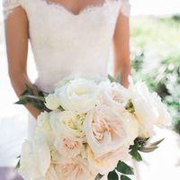 Нежный букет невесты из пионов, пионовидной розы и рускуса