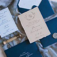 Полностью вручную написанный текст, оцифрован и перенесен на приглашение Подпись конвертов вручную белой тушью