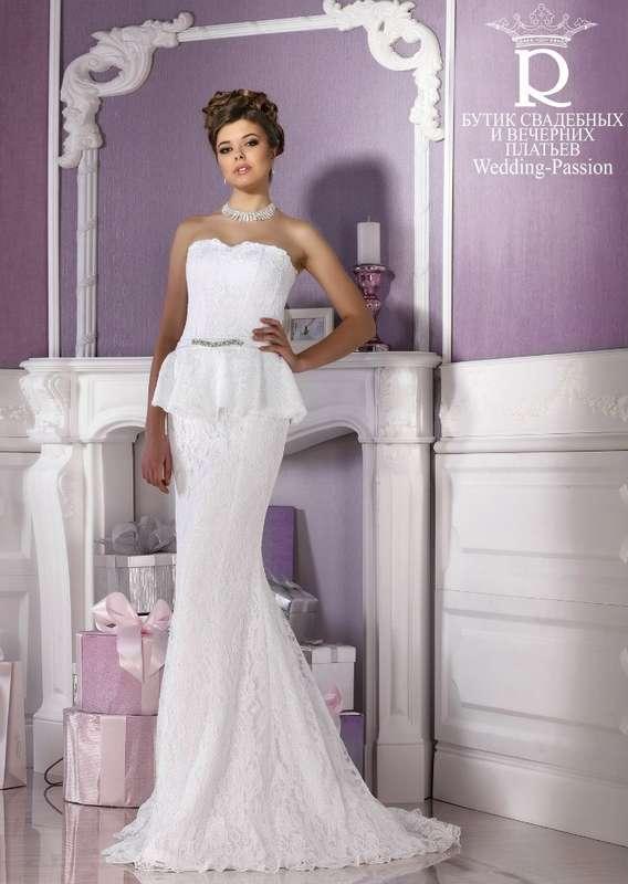 Невеста в кружевном силуэтном платье со шлейфом и корсетом с баской, на талии тонкий пояс вышитый бисером  - фото 2864885 Свадебный салон Wedding Passion