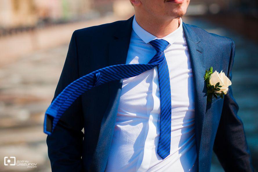 Классический синий костюм с белой рубашкой и синим галстуком в косую черную полоску   - фото 2081312 Фотограф Андрей Глазунов