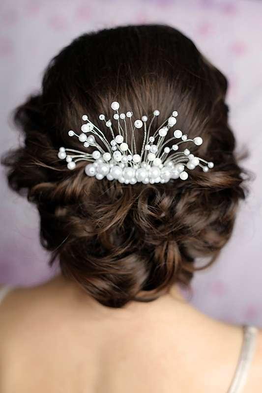 Причёску невесты украшает гребень с жемчужными бусинами - фото 2252468 Maria Sidorova