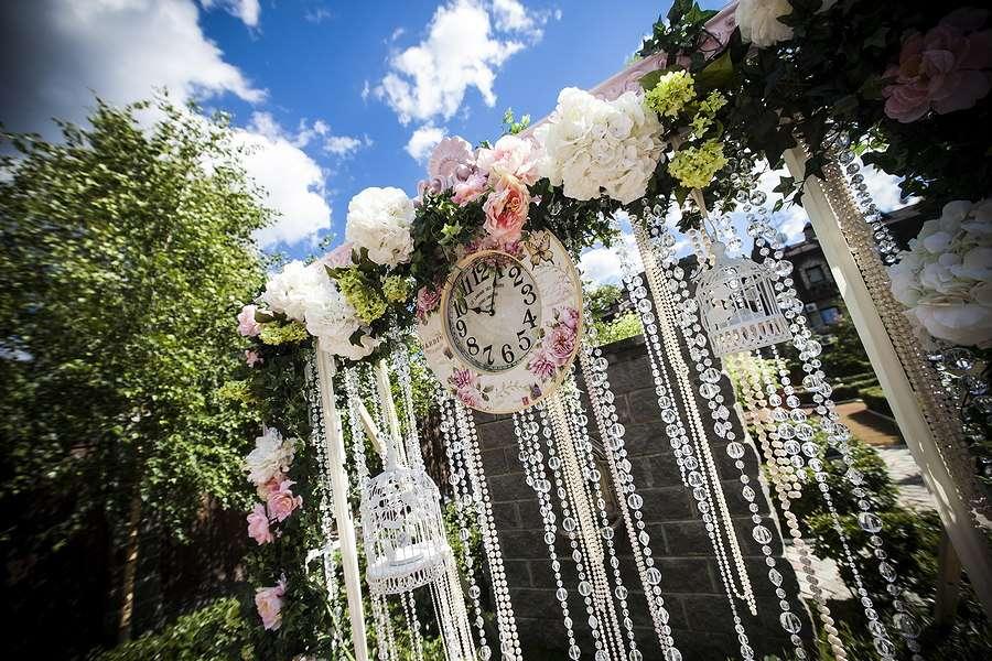 Квадратная арка с композицией из живых цветов стеклянных гирлянд и настенных часов - фото 1340303 Андрей Белов-Ковалевский - фотограф