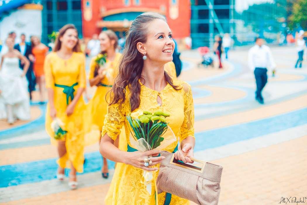 Подружка невесты в желтом гипюровом платье с коротким присборенным рукавом, круглым вырезом горловины с капелькой, с зеленым - фото 2130624 Свадебный Фотограф Александр Поляков