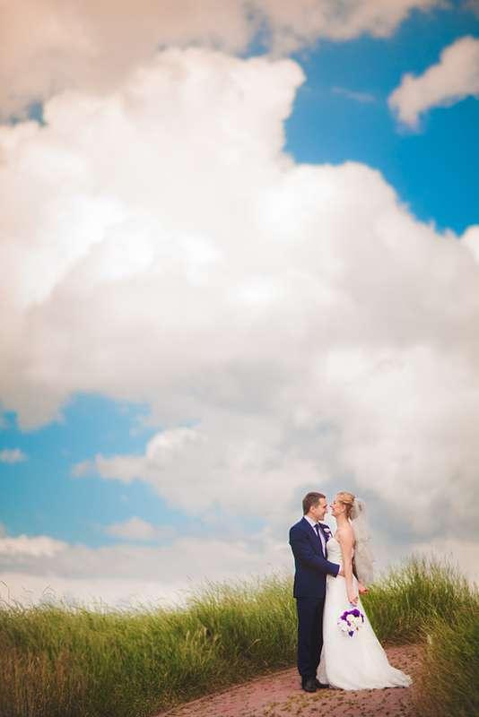 Жених и невеста, прислонившись друг к другу, стоят на фоне белых облаков - фото 3433489 Свадебный Фотограф Александр Поляков