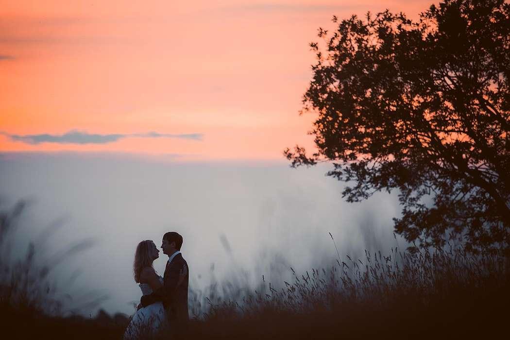 Жених и невеста стоят, прислонившись друг к другу, в вечернем лесу - фото 3649791 Фотограф Кирилл Кожуков