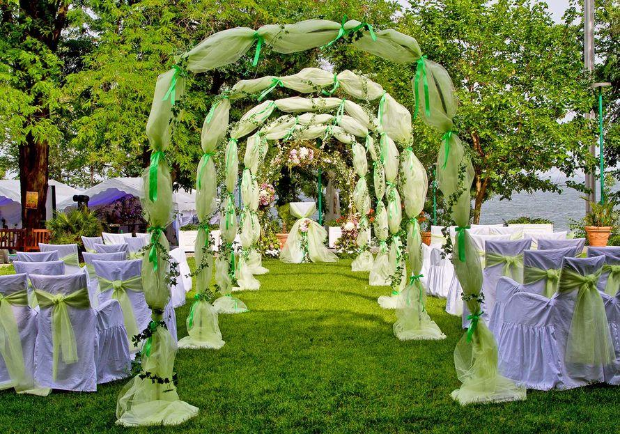Квадратная арка  задрапированная салатовой легкой тканью с зелеными лентами - фото 2237046 Sweet Art - свадебное агентство