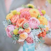Букет невесты в розово-желтых тонах из роз и астр