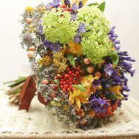 Яркий летний букет на каркасе с рукотворным венком по периметру - необычное решение  букета невесты