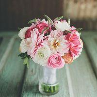 Букет невесты из ранункулюсов и астр в бело-розовых тонах