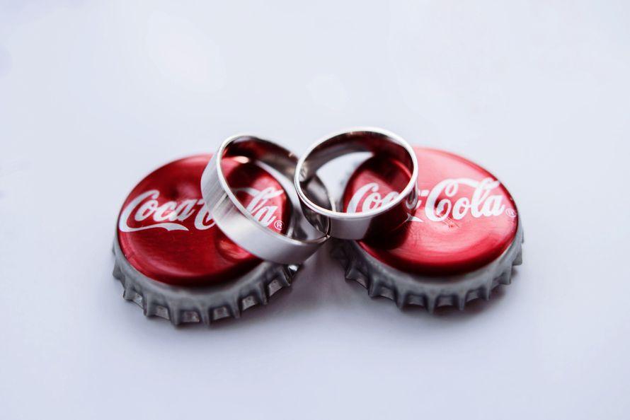 """Золотые обручальные кольца, выполнены в классическом стиле  на крышках из-под кока- колы. - фото 2926083 Свадебная студия """"Айвори"""", оформление"""