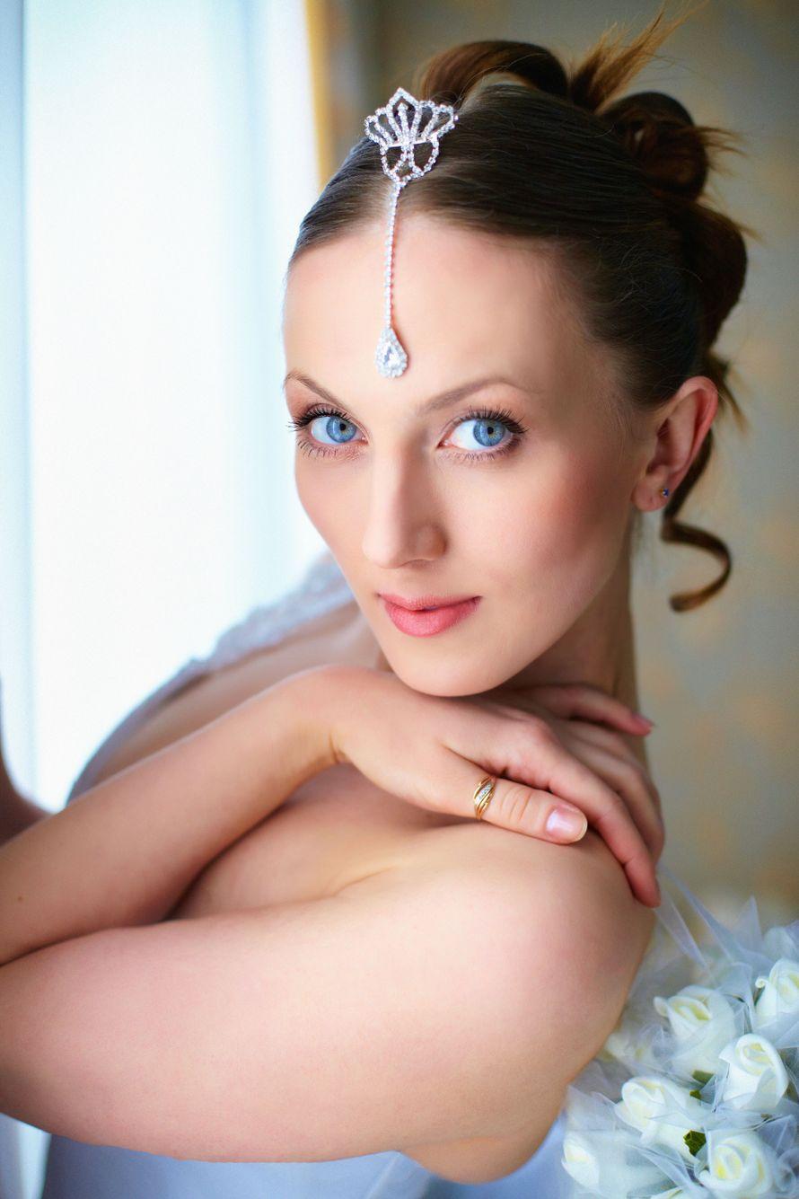 Романтический образ невесты выражен в прическе из длинных локонов собранных в пучок на затылке с мини короной на лбу с маленькой - фото 2256844 Фотограф Екатерина Хасанова