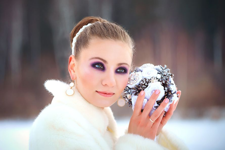 Невеста с прической из собранных волос в пучок высоко на затылке, украшенный брошкой, с  макияжем в сиреневых тонах - фото 2256884 Фотограф Екатерина Хасанова