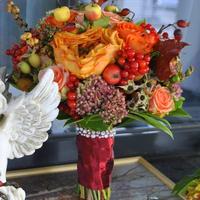 Роза Каралуна в окружении ягод и яблочек, в ярком осеннем свадебном букете