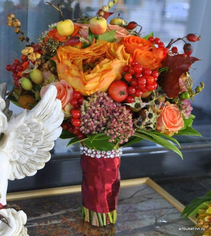 Роза Каралуна в окружении ягод и яблочек, в ярком осеннем свадебном букете - фото 3173263 Артбукет - флористика