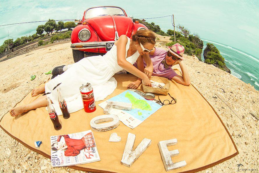Фотосессия невесты и жениха , в стиле Love story, на берегу моря возле машины, с использованием коричневого покрывала и белых - фото 799071 TropicPic-Фотосъёмки в Таиланде, Бали, Мальдивах