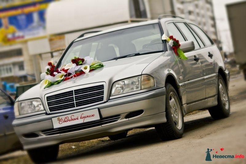 """Серебренный  автомобиль украшенный экибаной из бело- красных цветов и букетиков на дверях. - фото 267091 Агенство """"Свадебный кортеж"""""""