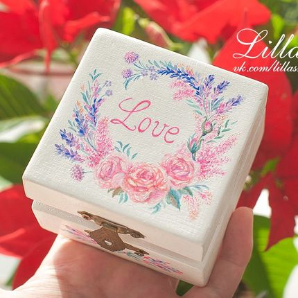 Белая коробочка для колец с росписью цветами и надписью Love.
