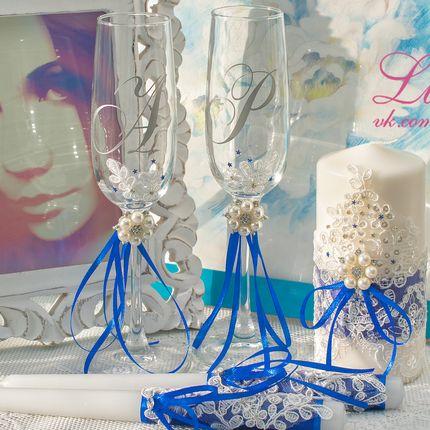 Бокалы с инициалами молодоженов и синими лентами
