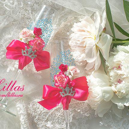 Свадебные бокалы в цвете фуксия с цветами и росписью
