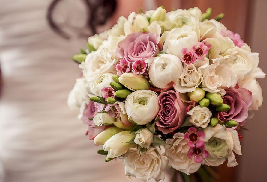 Букет невесты в круглом стиле из розовых роз и хамелациума, белых фрезий и ранункулюсов  - фото 2330076 Флорист Наталья Жукова
