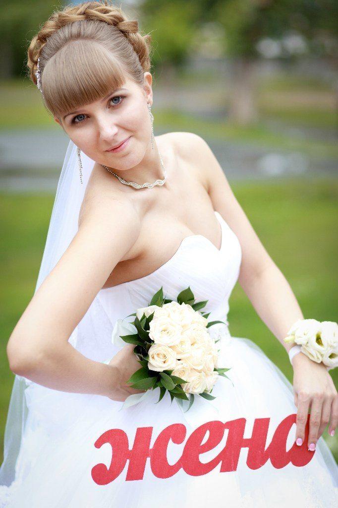 """Невеста, на фоне зелени, держит в руках букет роз и красного цвета надпись """"жена"""" - фото 3314499 Шоу-рум """"Wedding Romm"""" - свадебные платья"""
