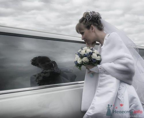 Фотография невесты в отражении от стекла машины.
