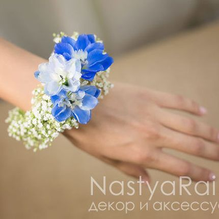 Синий браслет из живых цветов