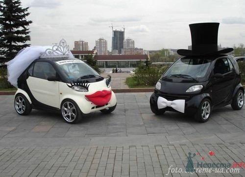 Мини автомобили с губами для жениха и невесты.