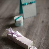 Это изысканное приглашение на перламутровой бумаге ( по желанию можно заменить на кальку) упаковано в кофр нежно-розового цвета с принтом Дамаск. Это приглашения нежнейшее во всех отношениях, начиная от тактильного прикосновения  и заканчивая зефирно-розо