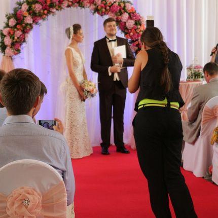 Оформление выездной церемонии с гирляндой из живых цветов