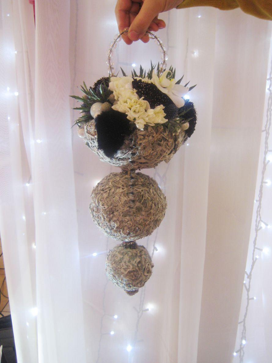 букет на сером каркасе из цинерарии с черно-белыми цветами(скабиоза , гвоздика и фаленопсис) - фото 2083326 Цветочная мастерская Любови Ветровой