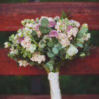 Букет невесты из розовых астранций, розовых фиалок и зеленого эвкалипта