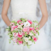 Нежно-розовый весенний букет из розы, эустомы, гвоздики и ароматной сирени.