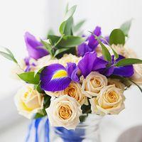 Букет невесты из сиреневых ирисов и нежно-розовых роз
