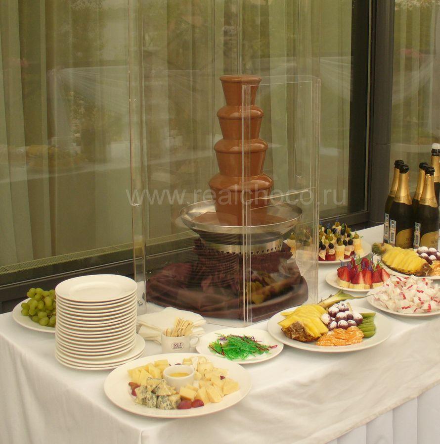 """Шоколадный фонтан 60см на свадьбе, стоит на открытой террасе ресторана - фото 2565859 """"Вкус жизни"""" - сладкие подарки на свадьбу"""