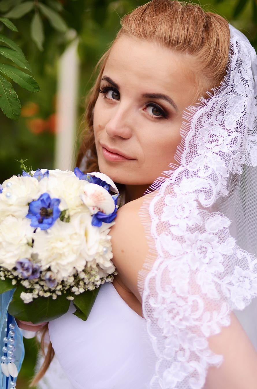 Невеста в белой кружевной фате и бело-голубым букетом. - фото 2410143 Фотограф Светлана Герасименко