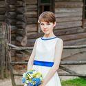 Невеста с букетом цветов, синий цвет свадьбы, деревенский стиль, кантри