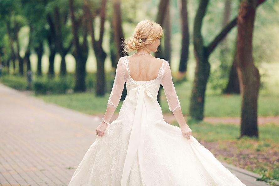 Невеста в кружевном платье А-силуэта с круглым вырезом на спине и полупрозрачными рукавами длинной три четверти  - фото 3492193 Свадебный Фотограф Гришин Андрей