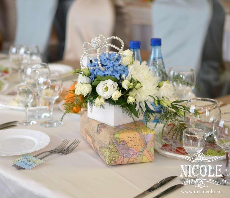 """Букет в белой коробке из голубых гортензий, белых астр, белых эустом, мелких белых роз и папоротника, украшенный короной из - фото 3309651 Агентство романтических событий """"Nicole"""""""