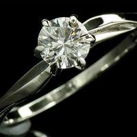 Золотое кольцо с натуральным бриллиантом