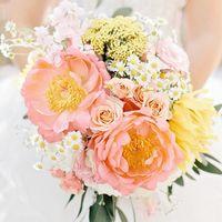 Нежный букет невесты в розовых тонах из пионов и ромашек