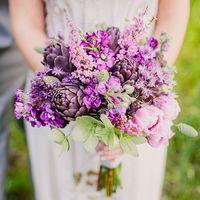 Яркий сиренево-фиолетовый букет невесты из тюльпанов и фиалок