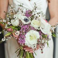 Бело-сиреневый букет невесты из анемонов, роз, сирени, тюльпанов и хамелациума