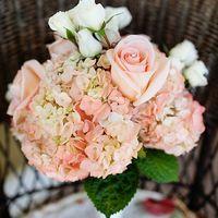Розовый букет невесты из роз и гортензий